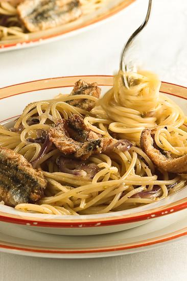 Spaghetti alle cipolle rosse, alici e pistacchi