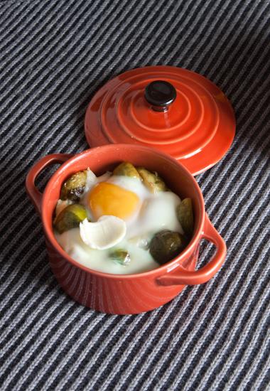 Uova in cocotte e cavoletti (con Piave o Sbrinz)