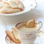 friabile biscotto che affonda in uno squisito zabaione, da servire in tazze di lusso!