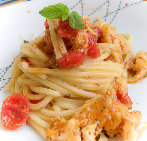 Linguine all'aragosta con salsa alla menta per un tipo affumicato