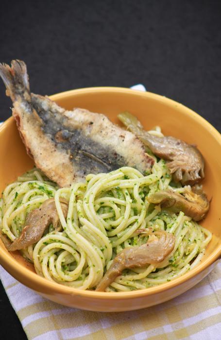 Spaghetti al pesto di prezzemolo, carciofi e sarde