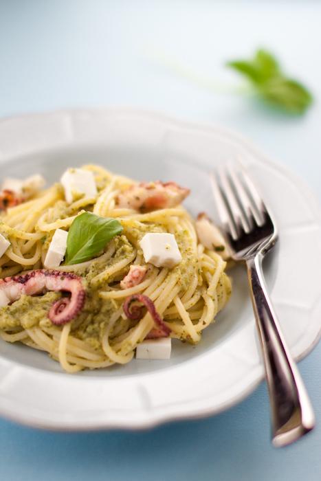 Spaghettoni al pesto di broccoli, polpo e primosale