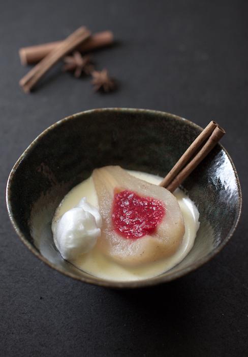 Pera profumata in due cotture con cuore di lampone su zabaione al moscato, ile flottante e sablè alla nocciola